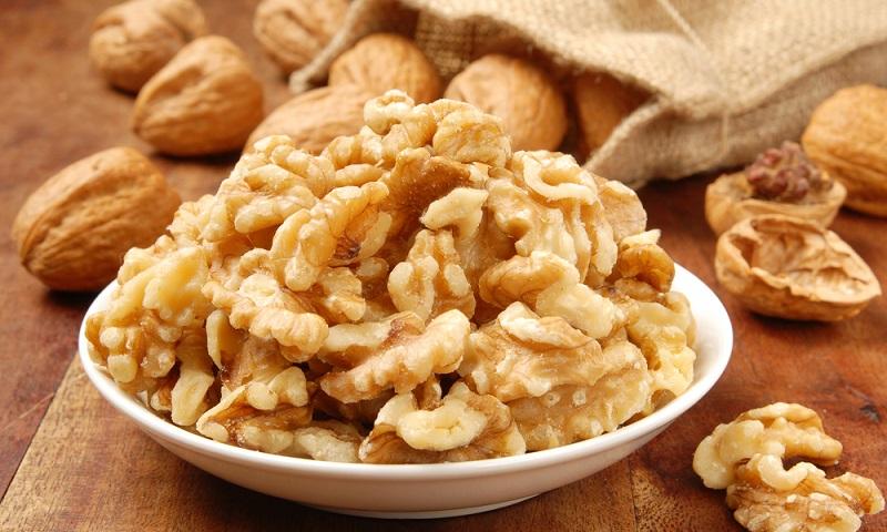 Очищенные грецкие орехи, предназначенные для лечения простатита