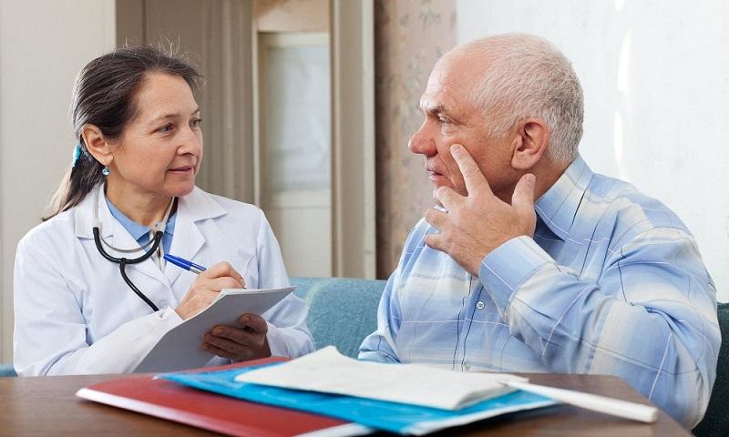Мужчина интересуется у врача о сроках лечения простатита