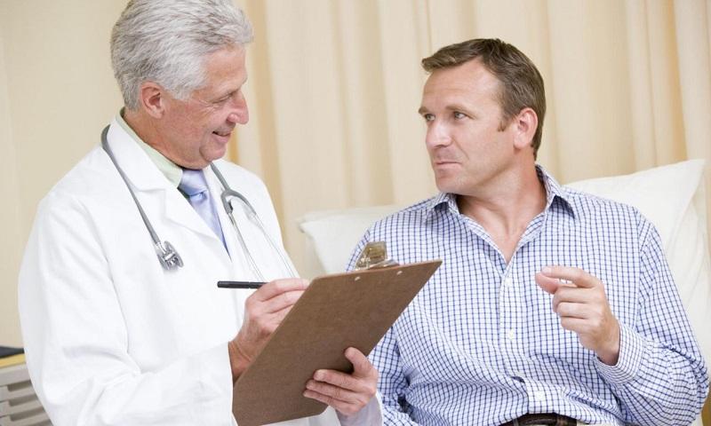 Врач рассказывает мужчине о том, сколько стоит лечение простатита
