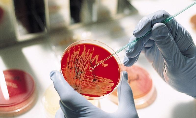 Проникновение бактерий в уретру, вследствие чего возникает жжение при простатите