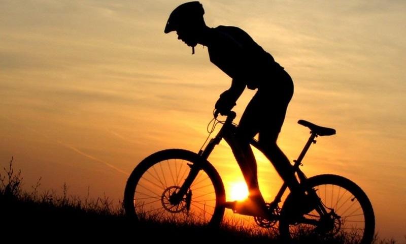 Парень с простатитом занимается велоспортом