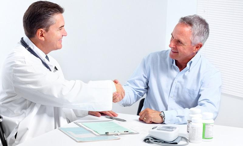 Врач дает реккомендации по лечению хронического бактериального простатита
