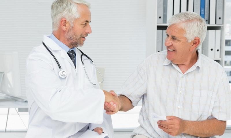 Врач договаривается с пациентом о стоимости лечения простатита