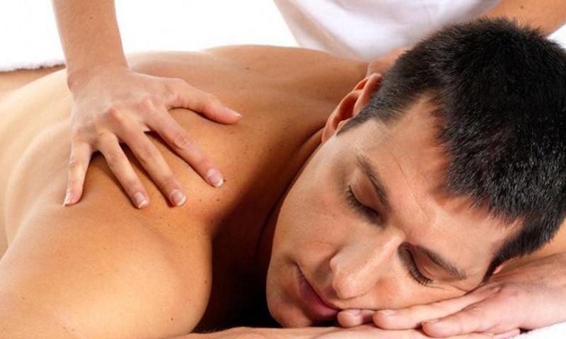 Женщина делает мужчине массаж простаты при аденоме простаты