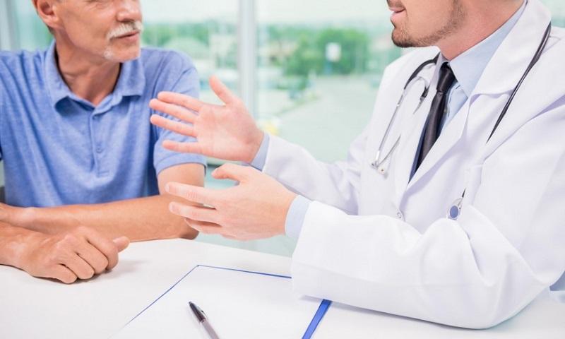 Мужчину выписывают домой после проведения операции по удалению аденомы простаты