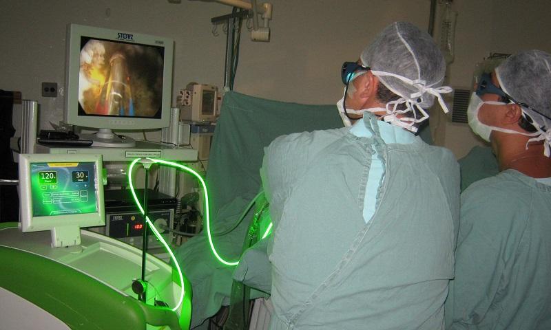 Врач проводил лечение аденомы простаты лазером