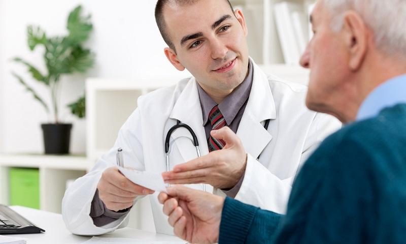 Врач рассказывает пациенту о продолжительности жизни при раке предстательной железый 1 степени